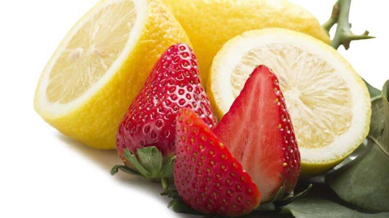 ghiaccioli fragole e limone cotto e mangiato