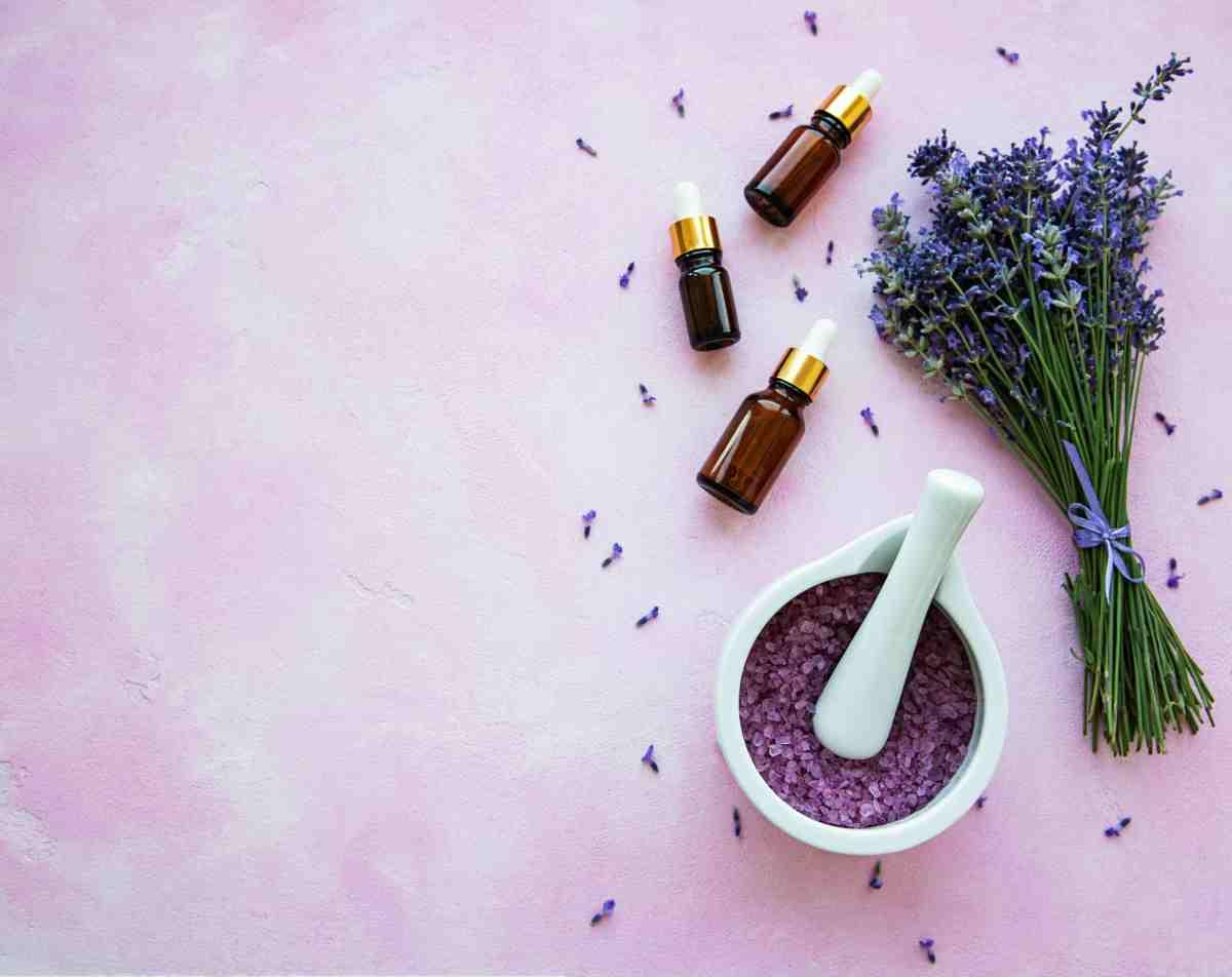 Olio essenziale di lavanda la proprietà per la pelle e i trattamenti