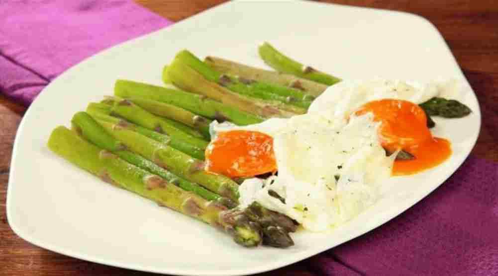 ricetta vegetariana uova e asparagi