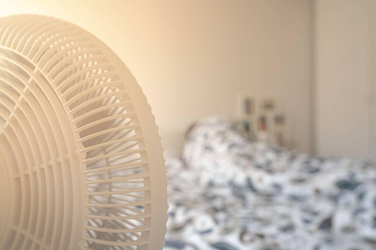 Ventilatore puntato sul letto