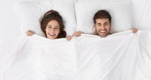 coppia felicita