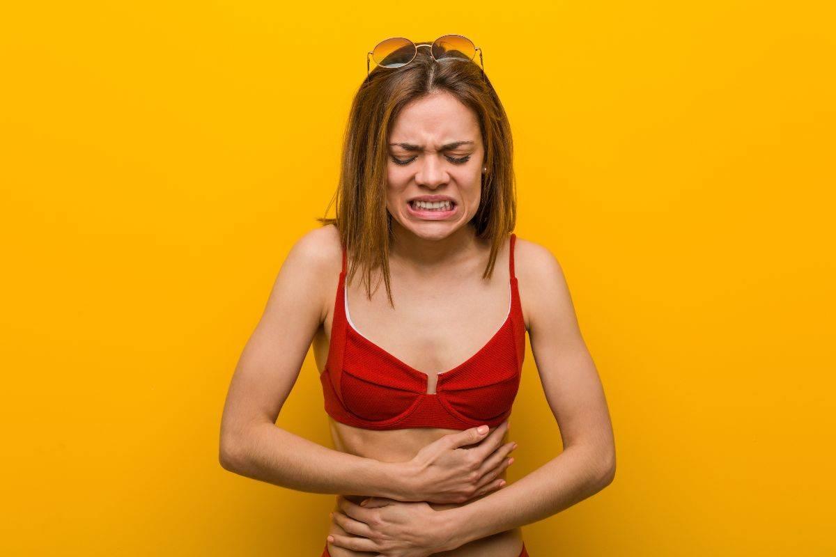 Donna che ha mal di pancia