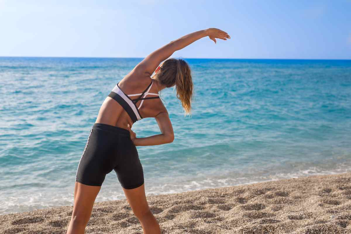 Donna che si allena in spiaggia