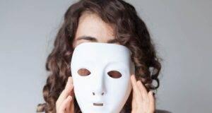 Donna con maschera bianca da teatro