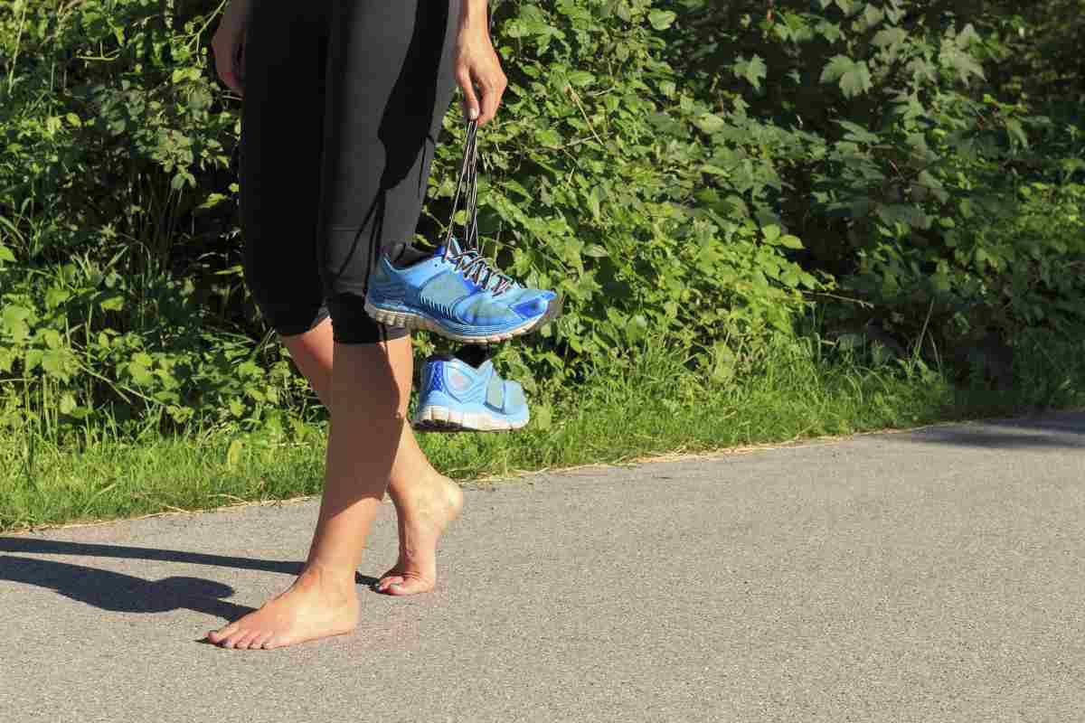 donna a piedi nudi su strada