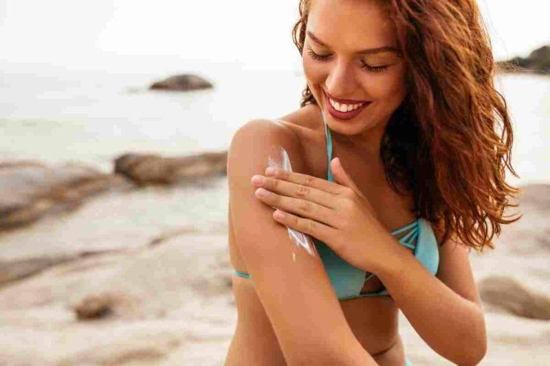 5 cosmetici per la pelle che non possono mancare sotto l'ombrellone