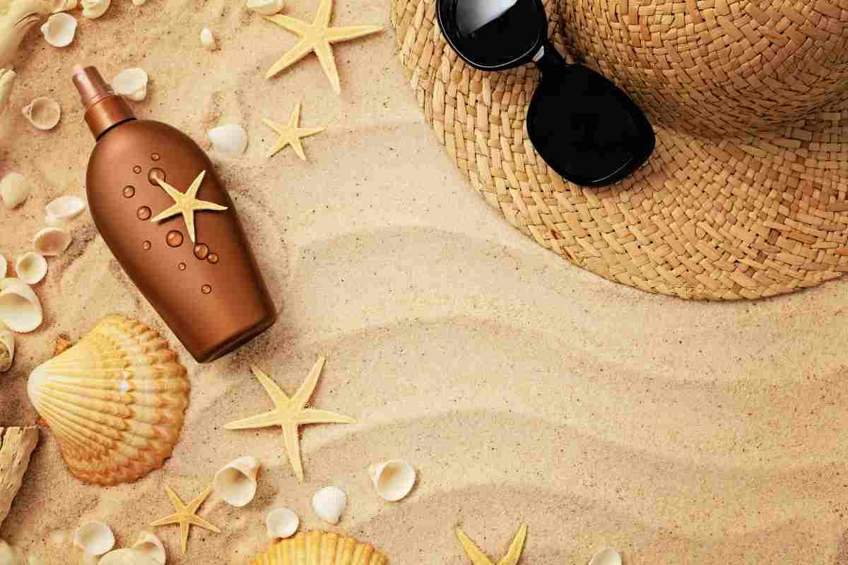 Cinque cosmetici che non possono mancare sotto l'ombrellone