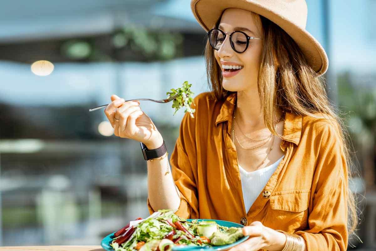 donna che mangia al ristorante