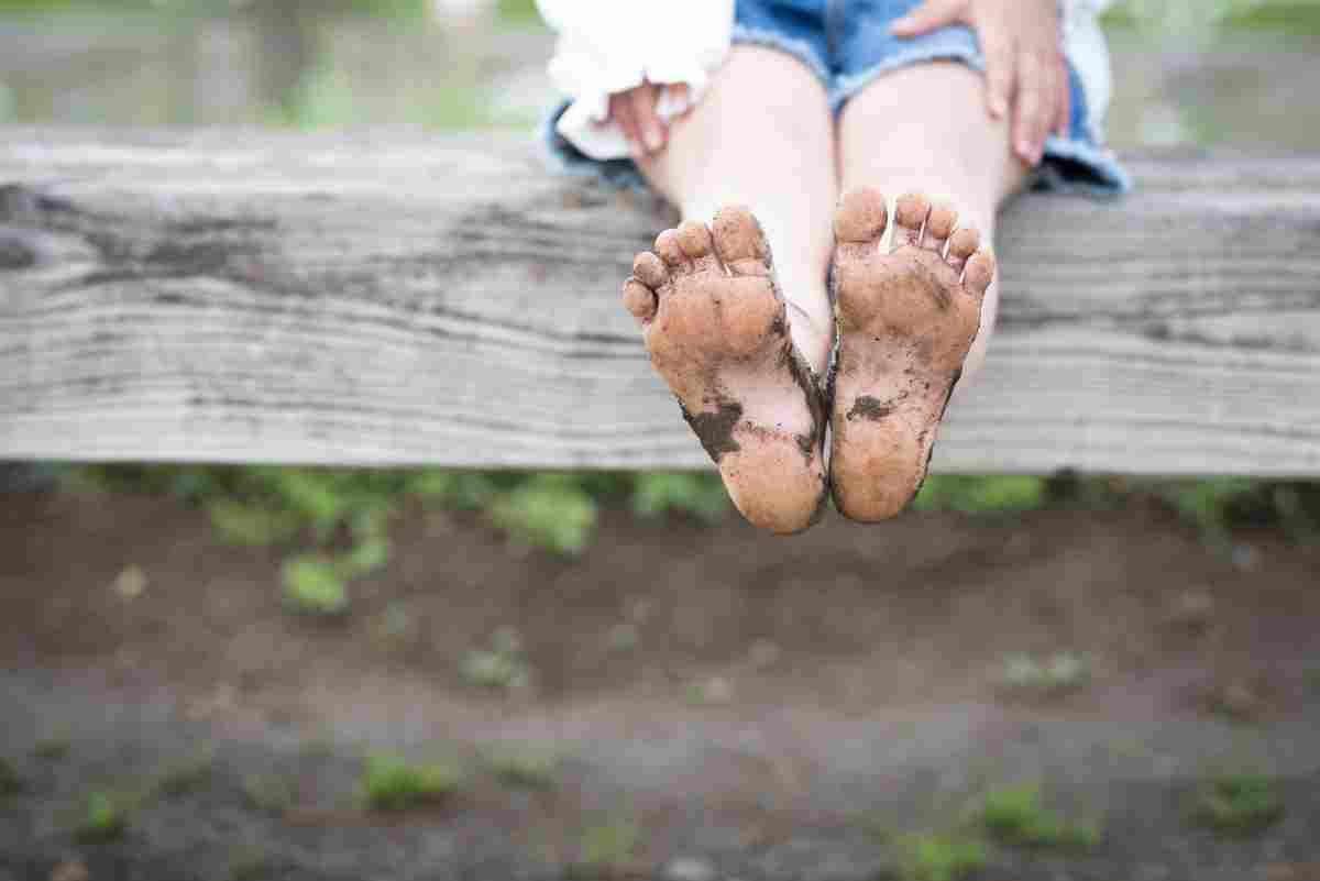Camminare scalzi fa bene ai bambini