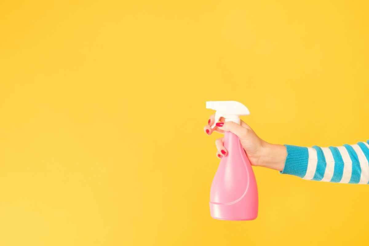 Come creare uno spray deodorante per casa e tessuti con l'ammorbidente