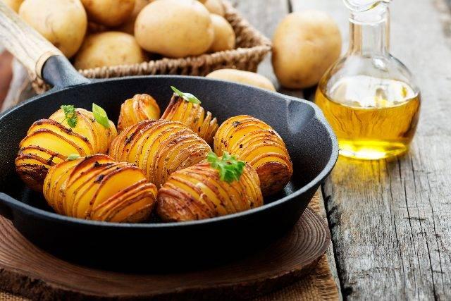 Patate al forno croccanti: il segreto sono miele e limone
