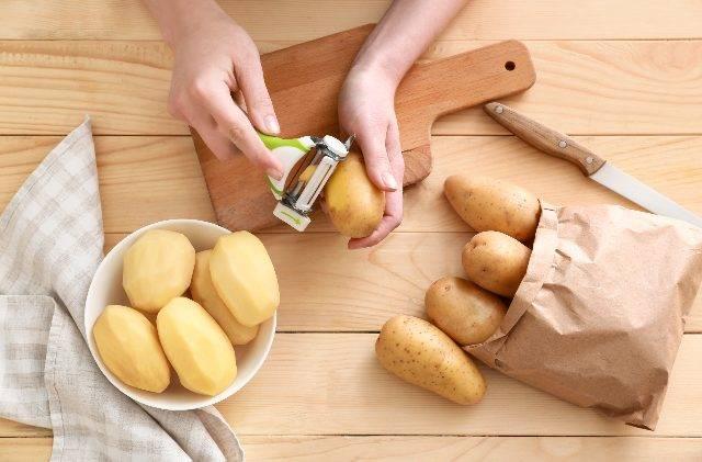 La nostra ricetta di patate al forno con miele e limone