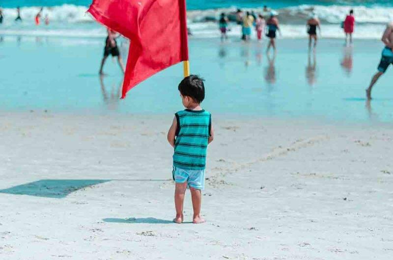bambino smarrito in spiaggia