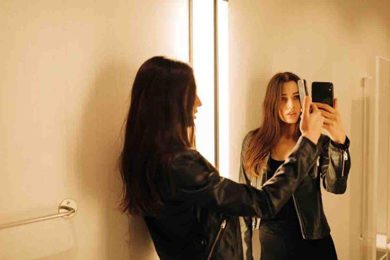Donna in camerino selfie
