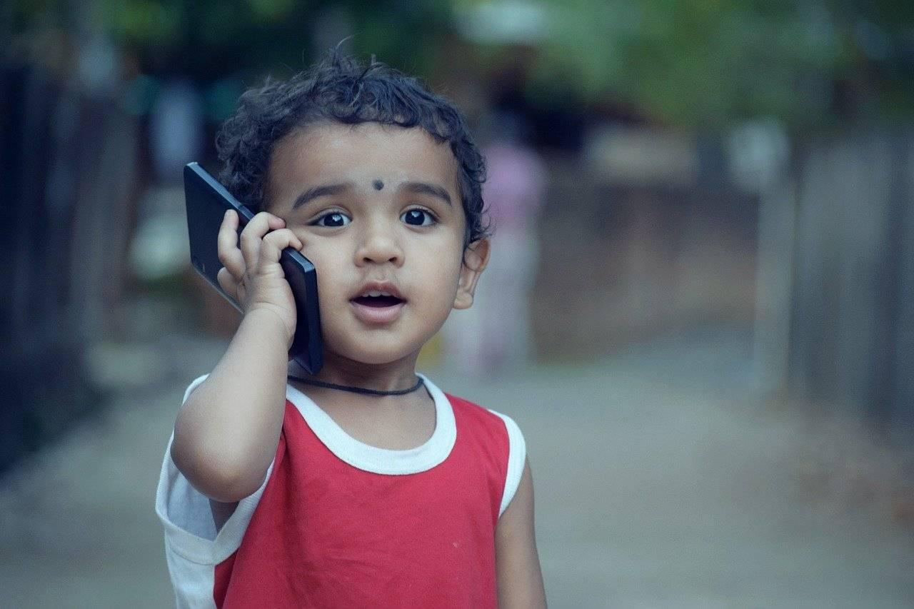 Troppe ore al telefono sono dannose per i bambini