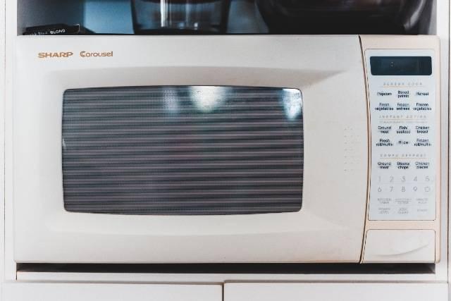 Trucchi per il forno a microonde: sterilizzare, essiccare, sciogliere e altro