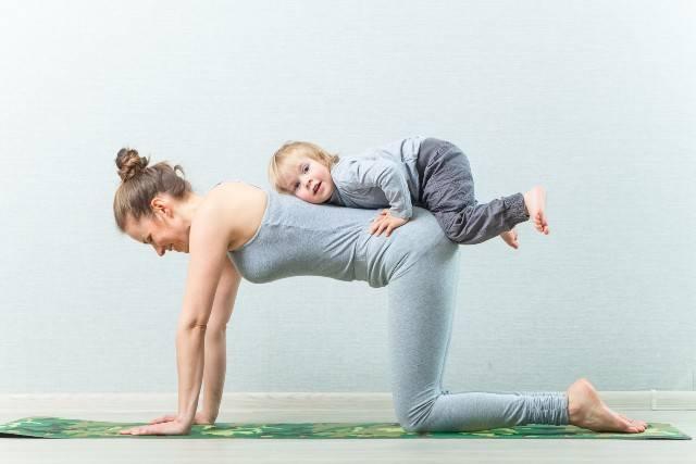 Workout per mamme con bimbi da fare a casa: esercizi semplici