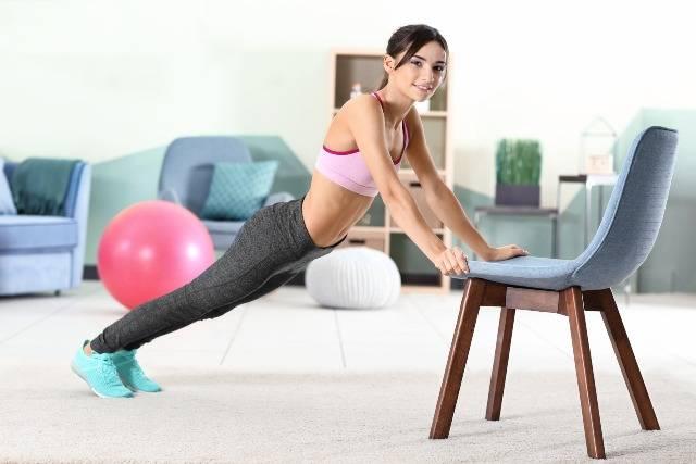 Con una sedia puoi fare molto: workout brucia grassi
