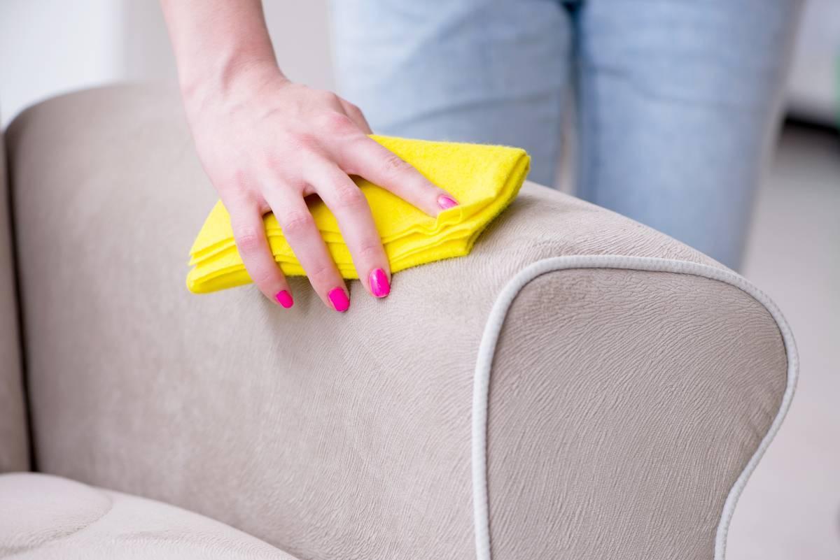 Come pulire il divano non sfoderabile: trucchi veloci
