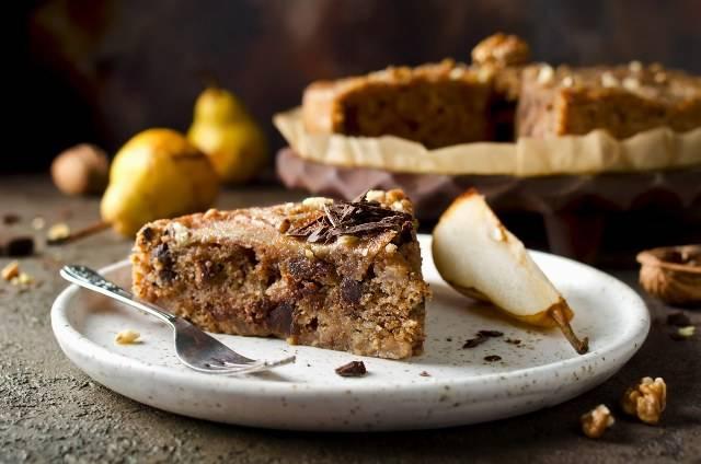 Torta vegana con cioccolato, pere e noci: due versioni e una video ricetta