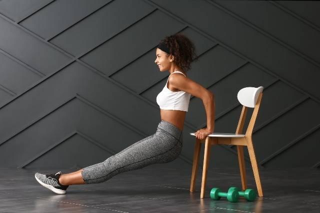 Workout brucia grassi con la sedia: esercizi facili da fare a casa