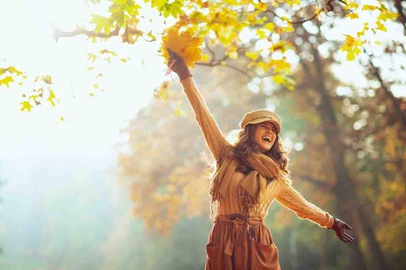 donna che accoglie l'autunno