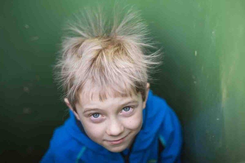 bambino con apelli elettrizzati
