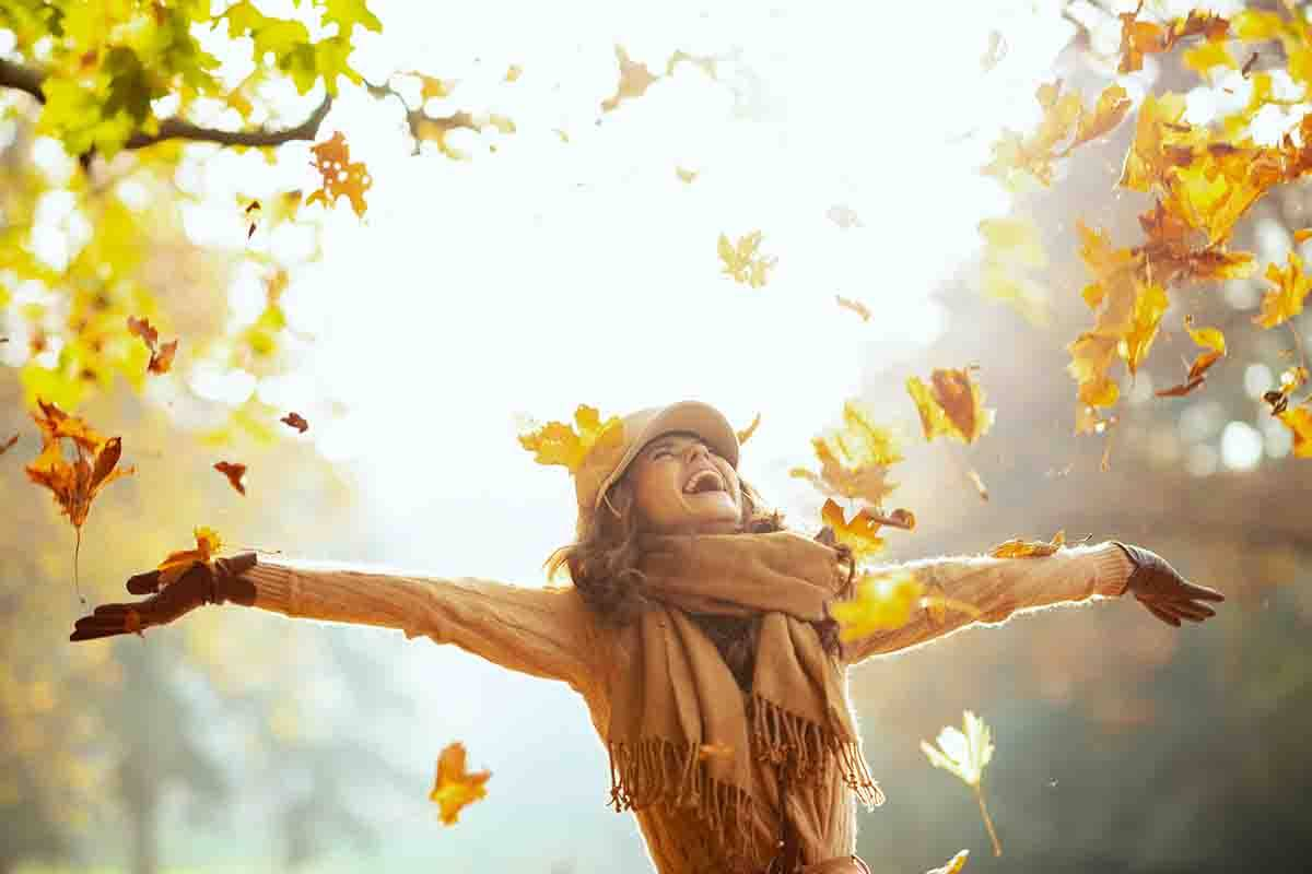 donna felice in autunno