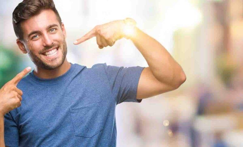 uomo che mostra il sorriso