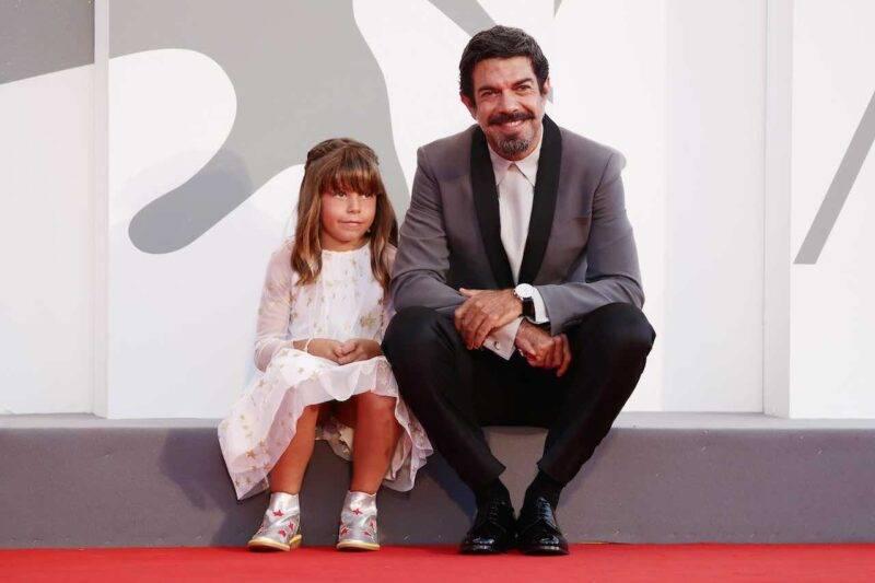 Pierfrancesco Favino sul red carpet di Venezia 77 con la figlia Lea (Getty Images)