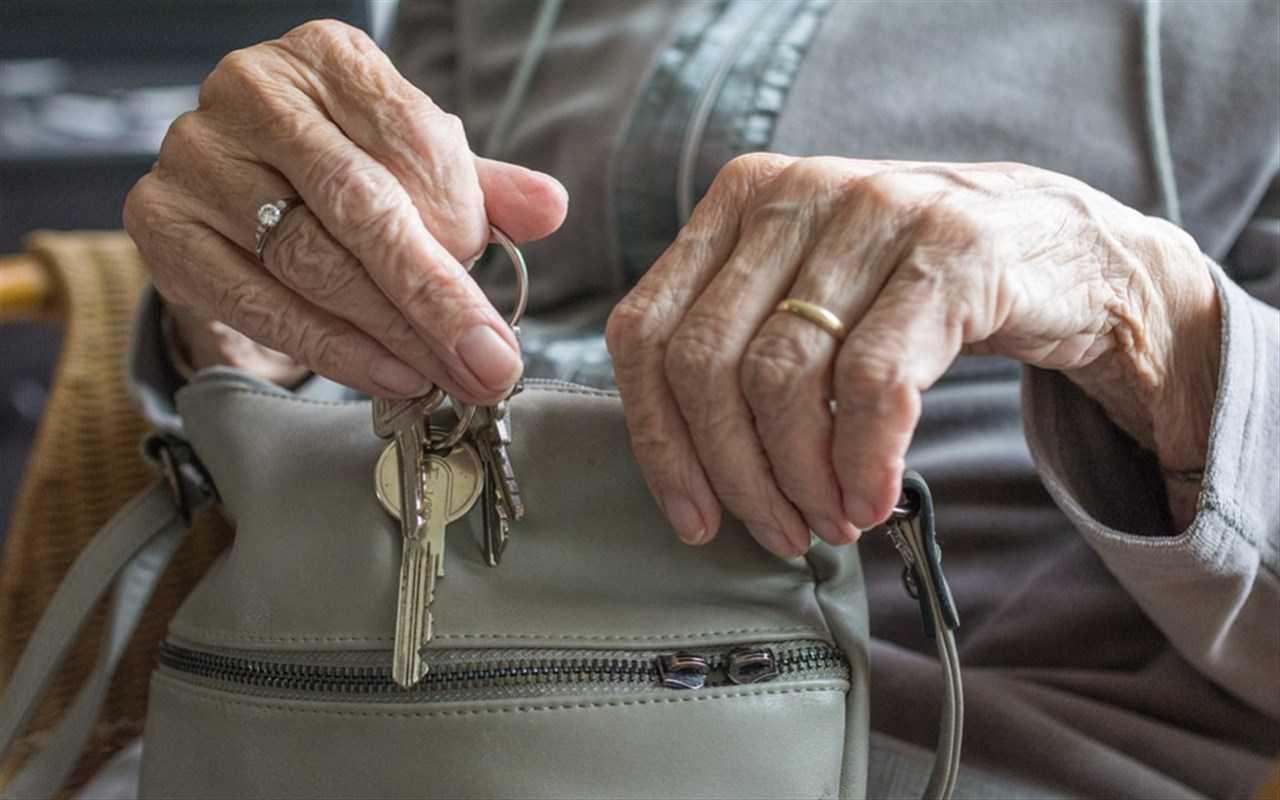 mani donna anziana