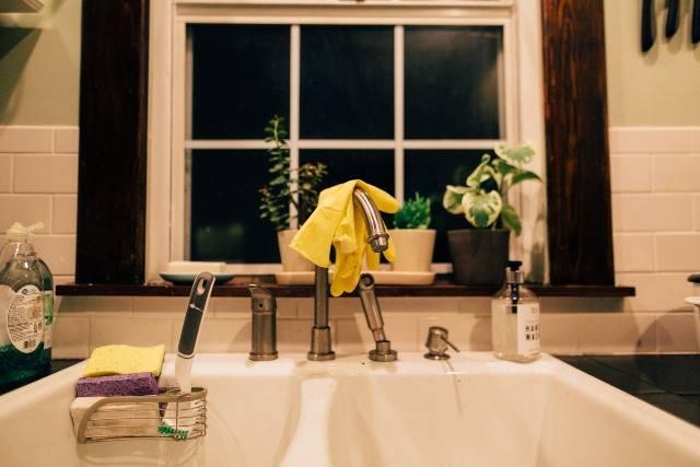 Lavare i piatti: tutti i metodi ecologici e antispreco