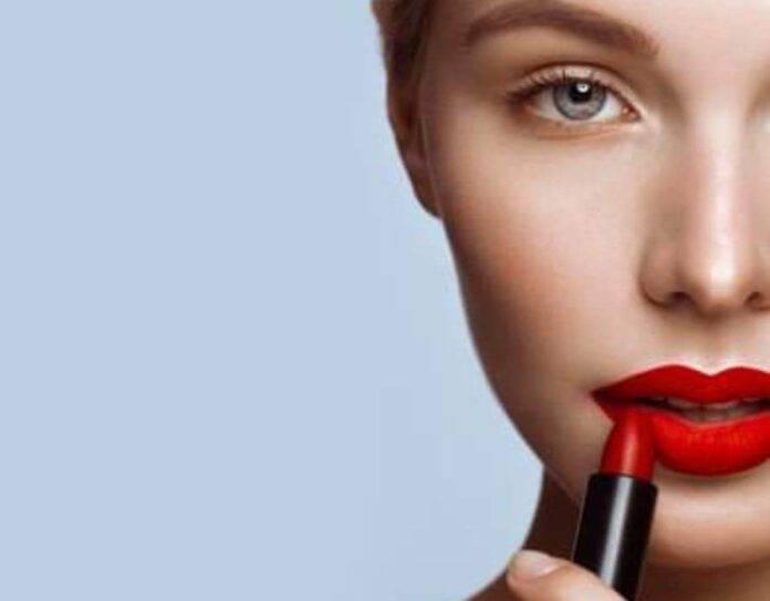 Rossetto rosso quale scegliere: formulazione in crema o a lunga tenuta