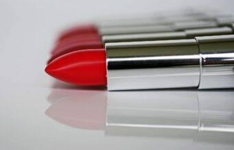 Rossetto rosso autunno 2020: quale scegliere, come applicarlo a chi sta bene
