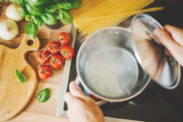 Come riutilizzare l'acqua di cottura della pasta: trucchi geniali