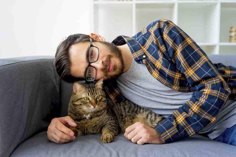 uomo che ama gatto