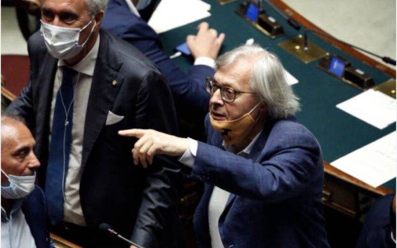 Vittorio Sgarbi si addormenta alla Camera (Getty Images)