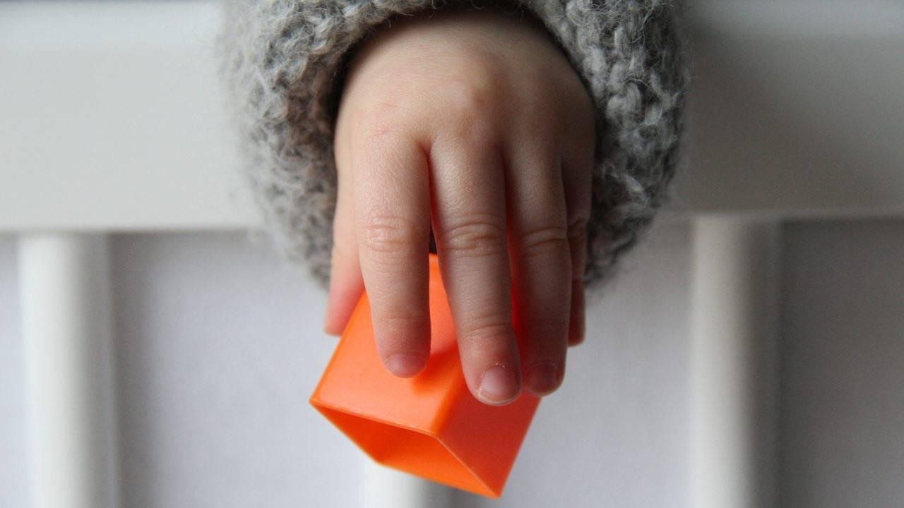 bambini lanciano oggetti