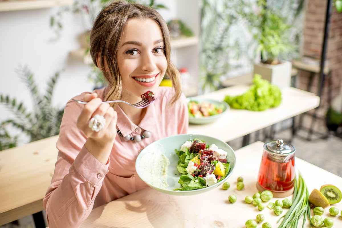 donna che mangia felice