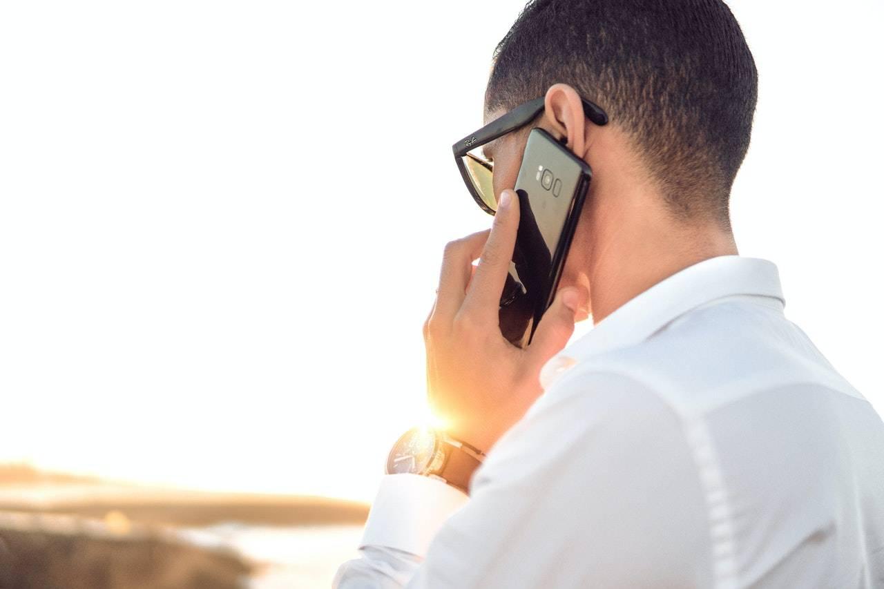 uomo al telefono