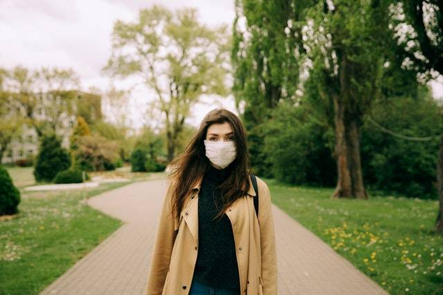 donna fermata senza mascherina