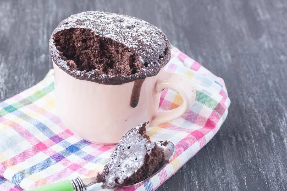 Torta in tazza al cioccolato, pronta in 5 minuti, solo 180 calorie!