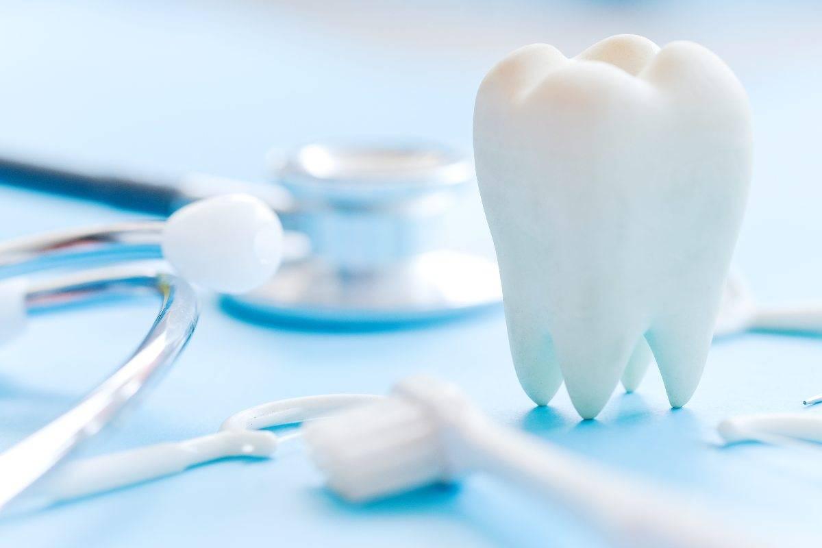 Come pulire con la compressa per la dentiera: trucchi!