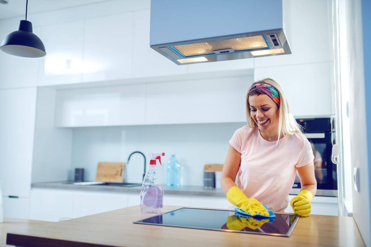 Come pulire a fondo la cucina: trucchi efficaci e pratici