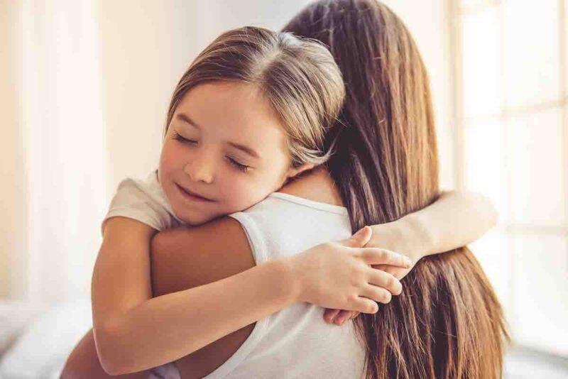 mamma e figlia abbraccio