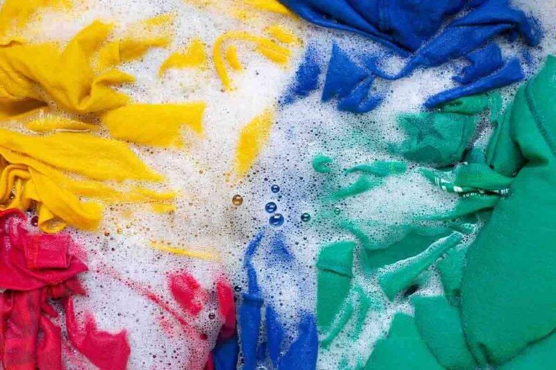 vestiti colorati lavaggio
