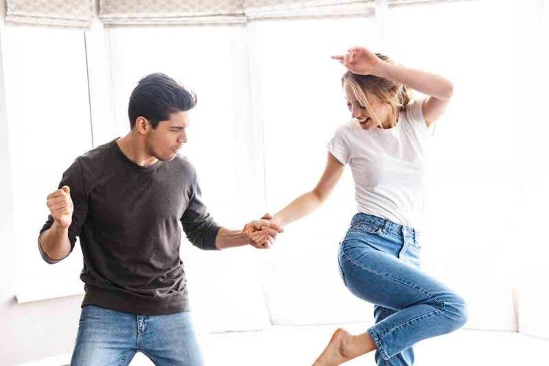 coppia che balla felice