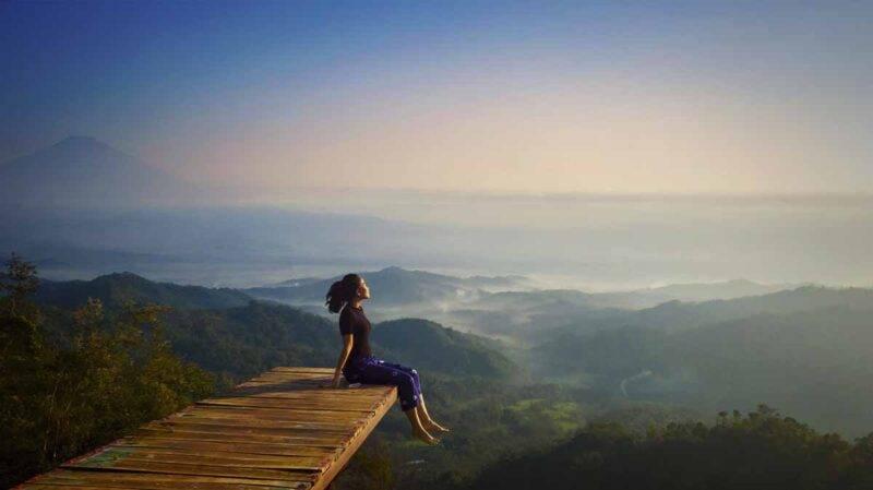 donna che gurda paesaggio