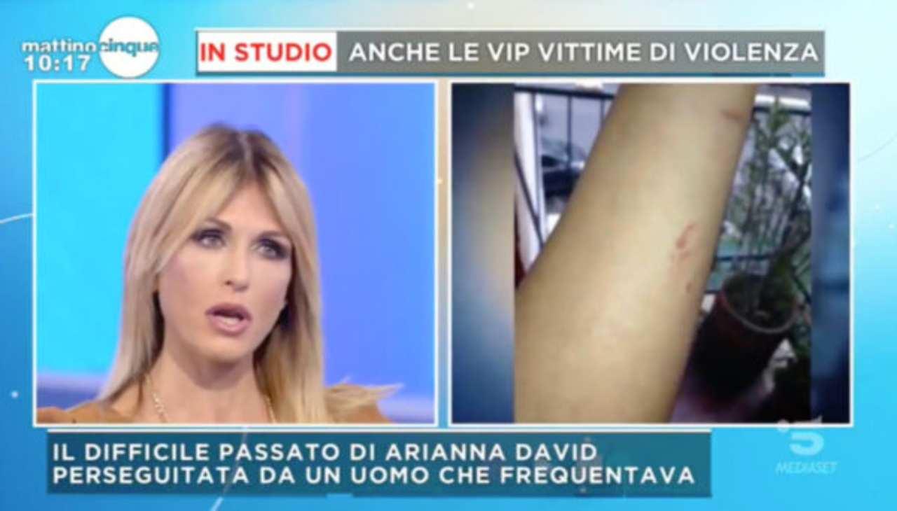 Arianna David minacciata una pistola