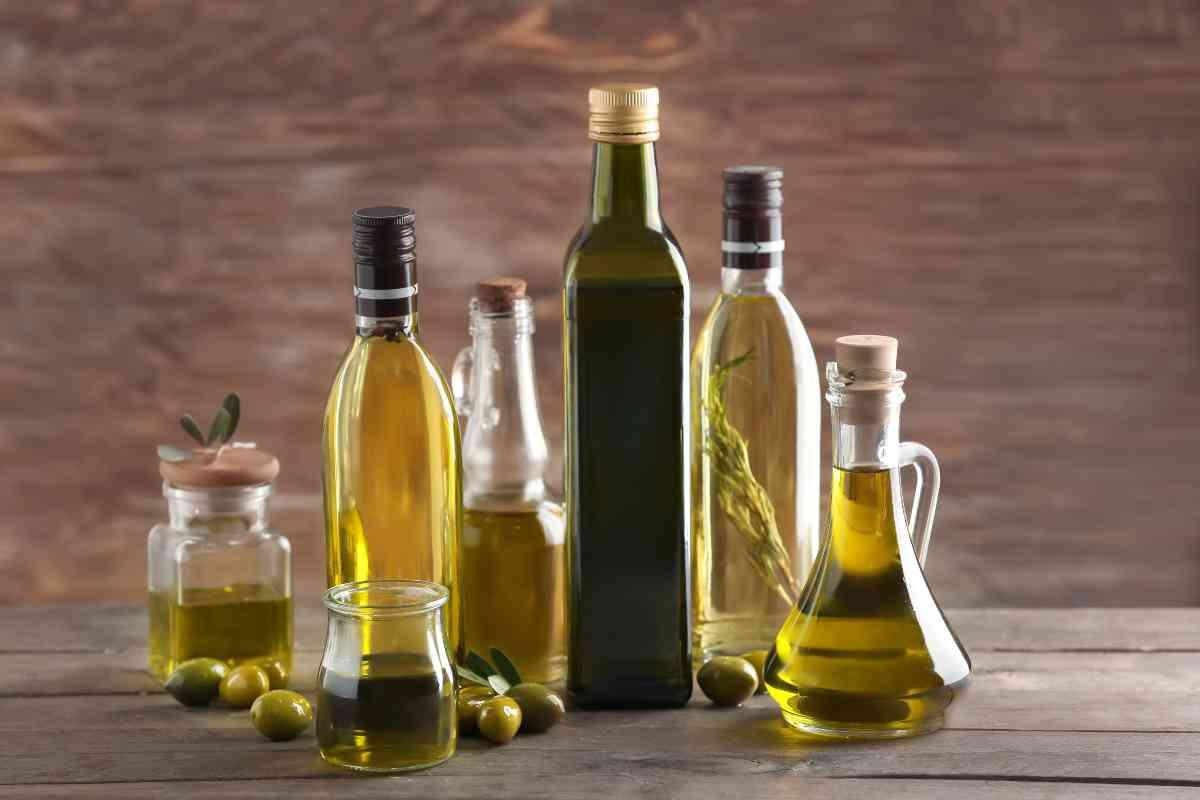 Olio extra vergine di oliva in dispensa